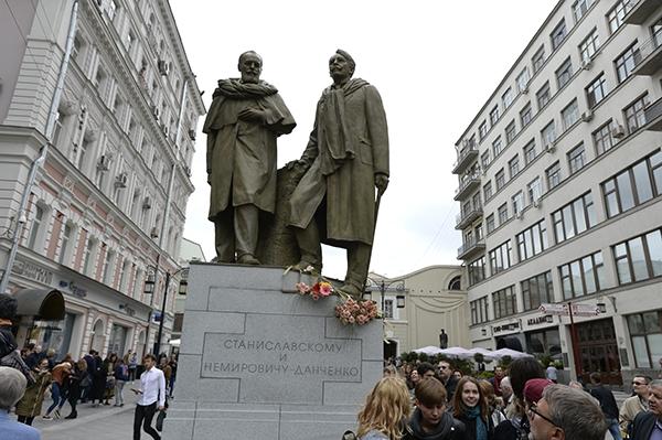 Памятник знаменитым режиссерам Станиславскому и Немировичу –Данченко, основателям МХАТа