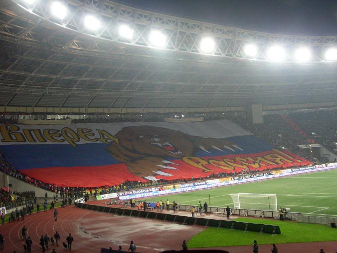 Медведь на фоне российского флага в последнее время используется на футбольных матчах